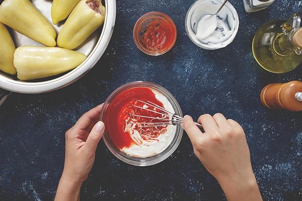 сметана с томатной пастой перемешивается венчиком