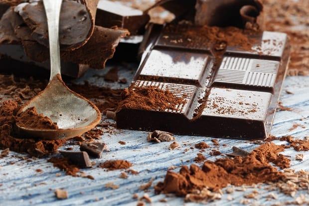 плитка горького шоколада, ряжом шоколадный порошок