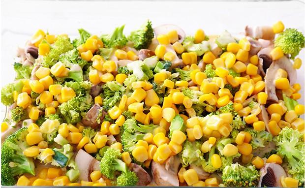 консервированная кукуруза, брокколи и грибы в форме для запекания