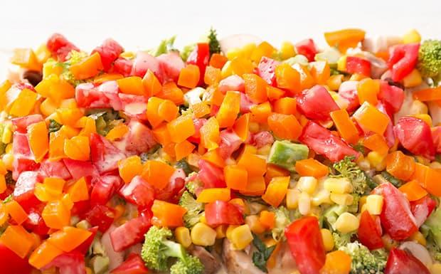 нарезанный желтый и красный перец с брокколями и кукурузойт в форме для запекания