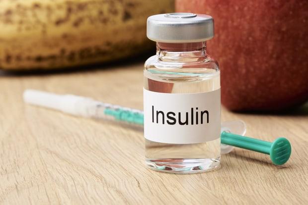 Шприц и баночка с инсулином