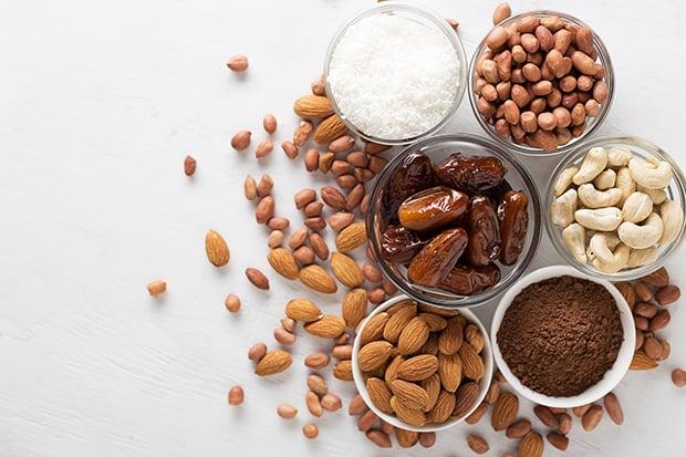 финики, кешью, миндаль, арахис, кокосовая стружка
