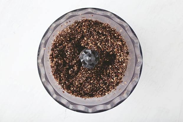 измельченное какао с орехами в чаше блендера