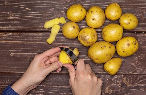 картофель очищается от кожуры