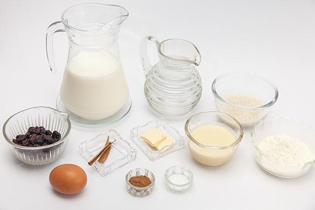 молоко, корица, яйцо, сливочное масло, вода, соль, изюм на столе