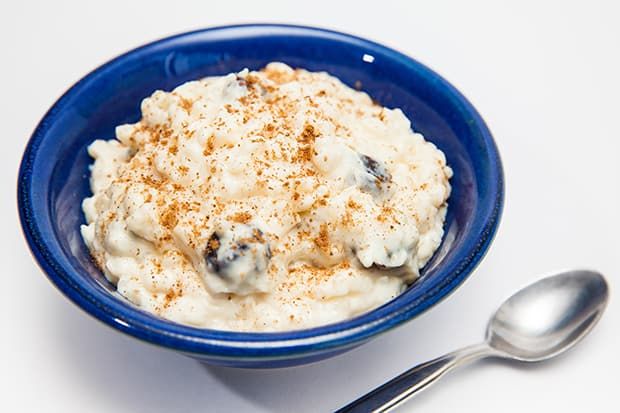 каша из риса на молоке с корицей в тарелке