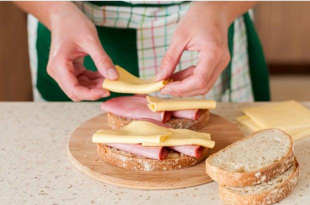 колбасу и сыр выкладывают на хлеб