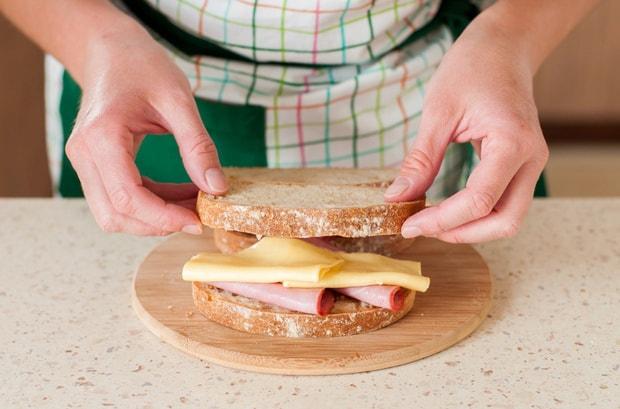 бутерброд накрывают кусочком хлеба