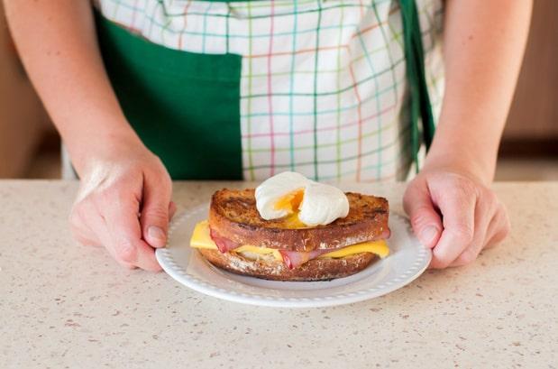 вареное яйцо сверху на бутерброде