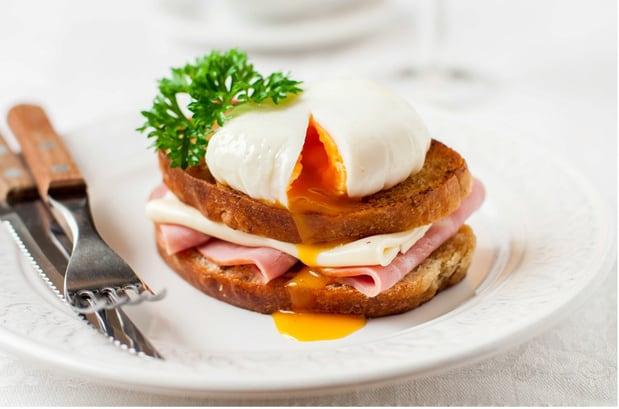 бутерброд крок-мадам на тарелке