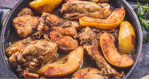 кусочки жареной курицы с айвой в сковороде