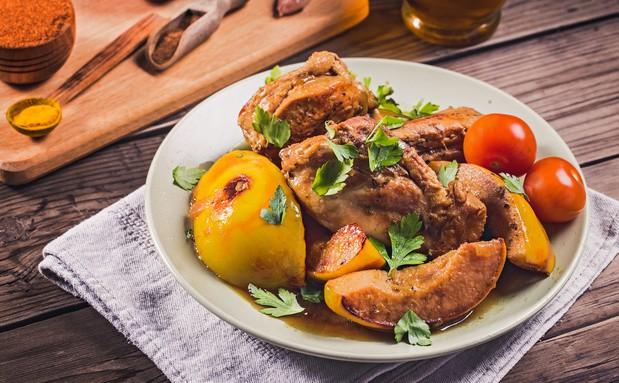 жареная курица с айвой на тарелке