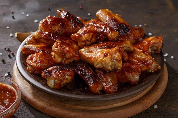 готовые куриные крылышки барбекю в тарелке