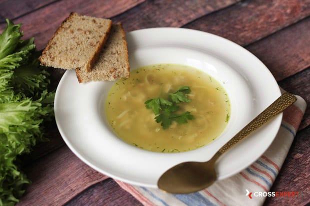 сервировка куриного супа с лапшой