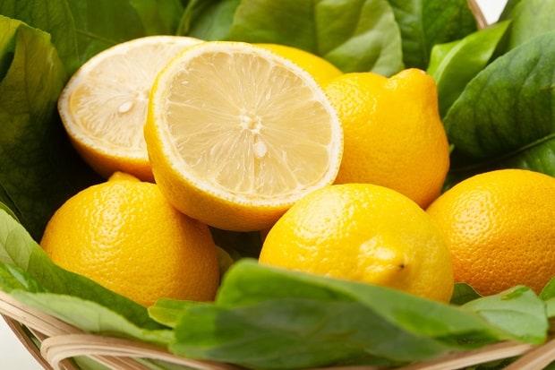 половинки лимона в плетеной корзинке с листвой