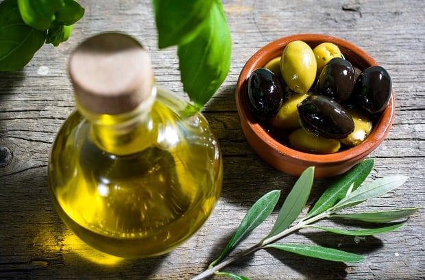 оливковое масло в графине, маслины и оливки в пиале