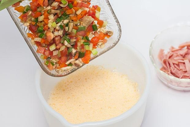 измельченные овощи высыпают в миску с яйцами