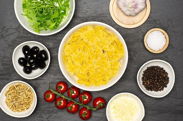 паста бантики, руккола, маслины, помидоры черри, чеснок, специи