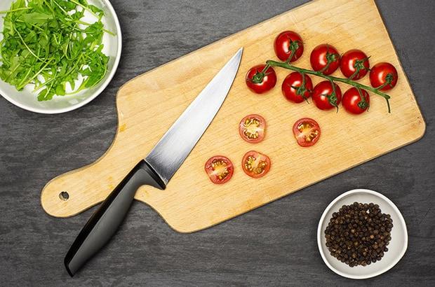 помидоры черри, нарезанные половинками, руккола и перец