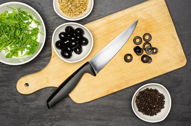 нарезанные маслины, перец горошком и руккола