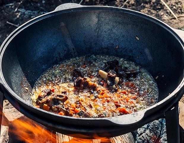 нарезанные овощи в казане на костре