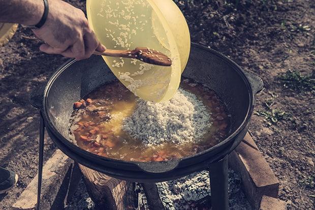 рис добавляется в казан с овощами и мясом