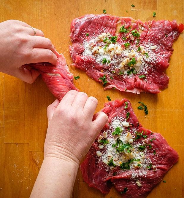 отбитые кусочки говядины скручиваются рулетиками