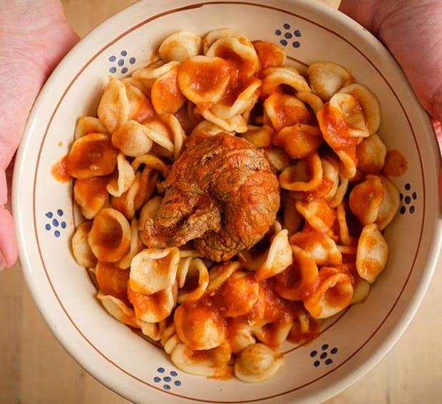 рулетик из говядины с макаронами в тарелке