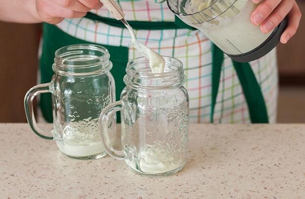 йогуртовая заправка выкладывается из блендера в баночки с ручками