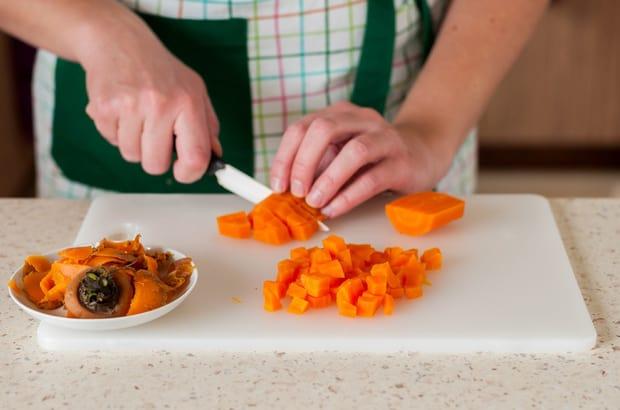 нарезанная крупными кубиками морковь