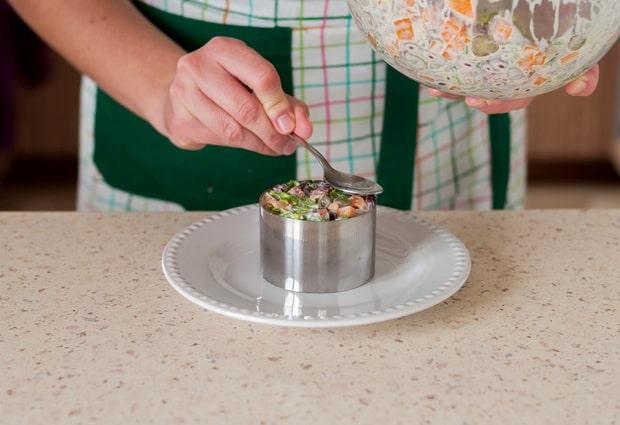 салат утрамбовывают в железную форму