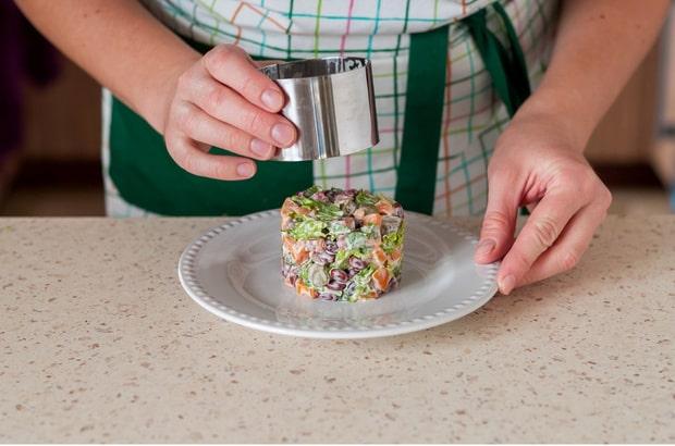 форму убирают с салата на тарелке