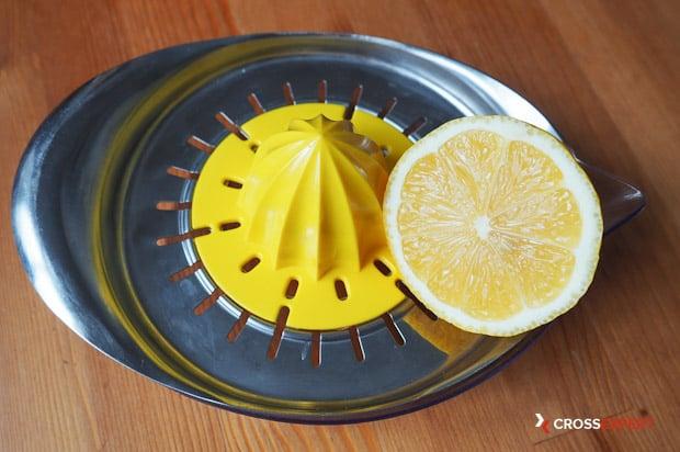 Выдавите лимонный сок