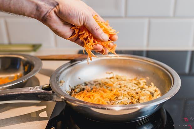 тертая морковь выкладывается в сковороду