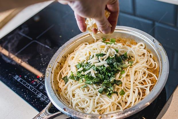 тертый сыр добавляется в спагетти с зеленью