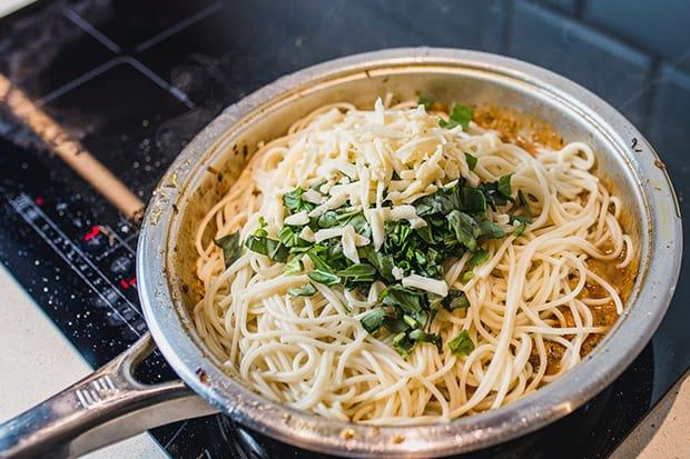 спагетти с курицей, грибами и зеленью в сотейнике