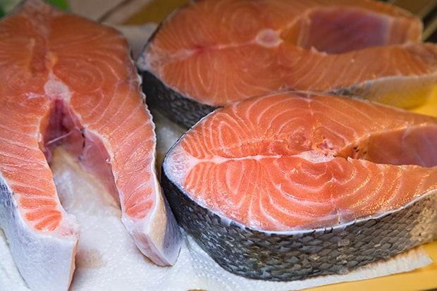 три свежих стейка лосося