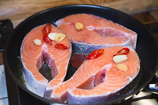 стейки лосося с чесноком и чили на сковороде