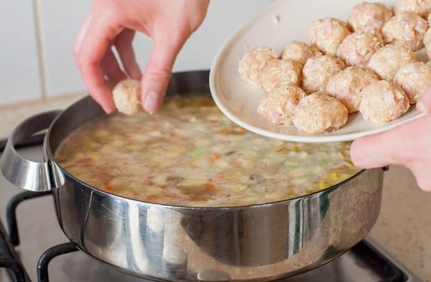 в сотейник с супом с кабачками добавлются тефтельки
