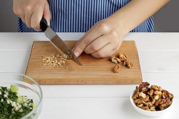 грецкие орехи измельчаются ножом