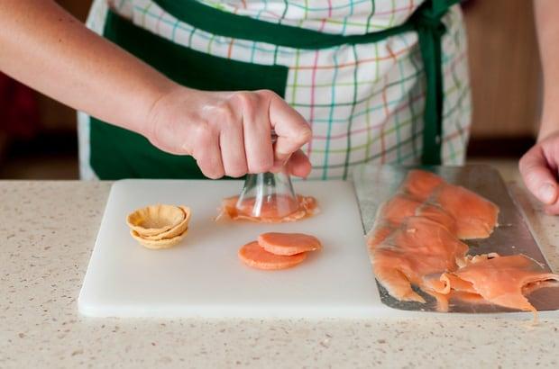 кружочки из красной рыбы делают стаканом