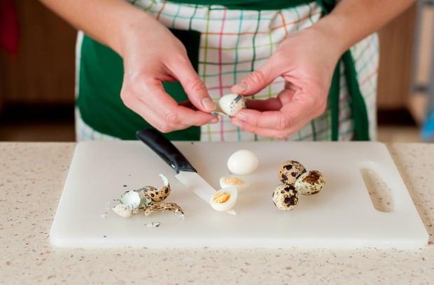 вареные перепелиные яйца очищают от скорлупы