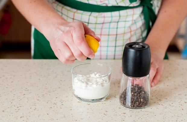 лимонный сок выдавливают в стакан с йогуртом