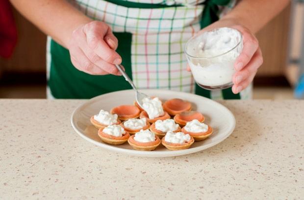 тарталетки приправляют соусом
