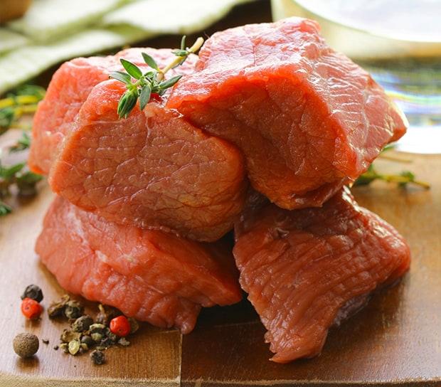 кусочки свежей говядины со специями