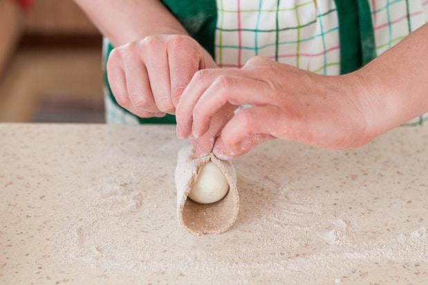 очищенное яйцо заворачивается в тесто