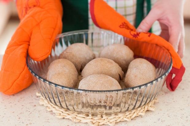 шарики из теста в блюде для запекания