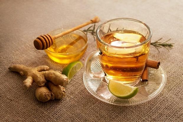 чай в кружке, лайм, мед, корень имбиря, корица