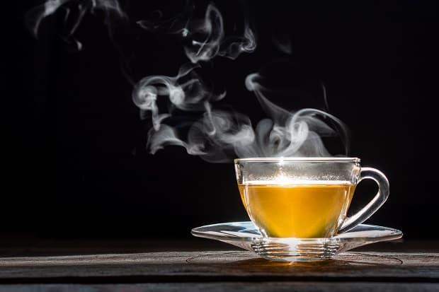 зеленый чай в чашке на блюдце