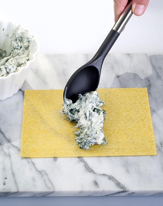 измельченный шпинат с сыром выкладывается на лист лазаньи